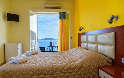 Double room with sea view and double bed